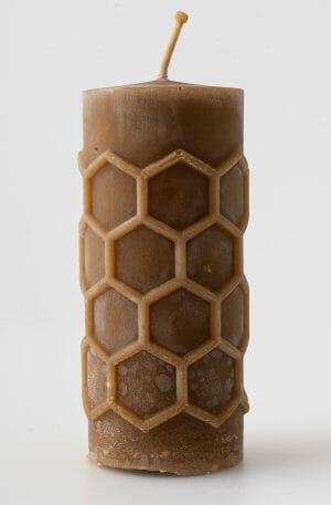 Gegoten bijenwas kaars met kuiltjes